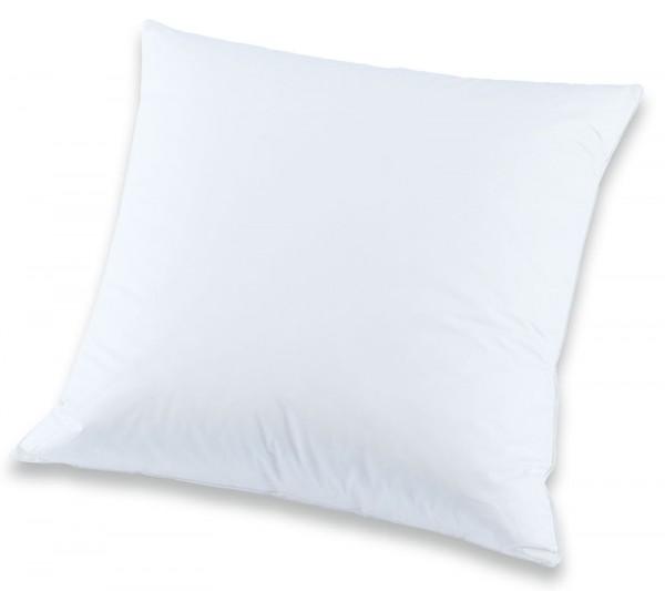 Weißes quadratisches Kissen in 50x50cm aus der Classic Serie von KBT Bettwaren vor weißem Hintergrund